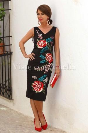 Vestido negro con bordados de flores de colores y escote pico