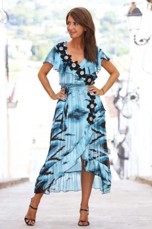 Vestido de gasa cruzado en tonos azules y negro, con flores superpuestas