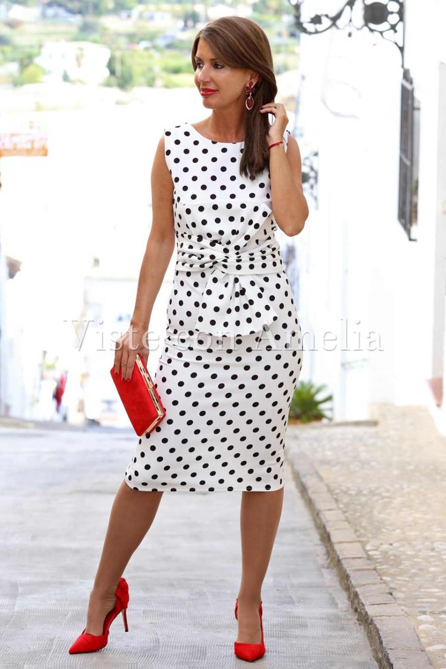 Vestido blanco y negro con zapatos rojos